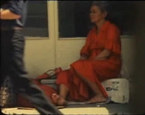 زن سرخپوش در فیلم تهران امروز خسرو سینایی